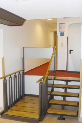 Plataforma elevadora vertical convertible en escalera adapto - Silla elevadora para escaleras ...